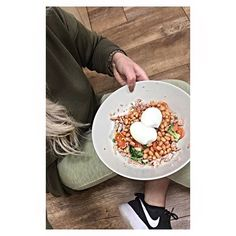 I contemplated uploading this as it the ugliest weirdest lunch BUT this little dish is my guilty pleasure •••• it offers a massive 43g of protein 💫✨ whoever thought Beans, Tuna, vegetables and a Egg would taste so good together! I get the strangest looks when I make this but it honestly keeps you full for hours... My fav #healthychoices #protein #lunch 🍃💪🏽