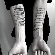 Oozy, a tattoo artist in South Korea, creates beautiful, detailed tattoos depicting the tools that some of his clients use to make a living. Whether they're chefs or craftspeople, the tools are a… Koch Tattoo, Detailliertes Tattoo, Chef Tattoo, Knife Tattoo, Samoan Tattoo, Polynesian Tattoos, Food Tattoos, Body Art Tattoos, Future Tattoos