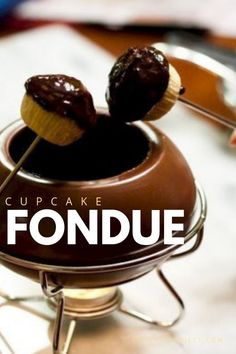 For something hot this Valentine's Day, dip your cupcakes in fondue. Not only do you get to play with wet, drippy chocolate, but you get the opportu… - therezepte sites Bite Size Desserts, Desserts For A Crowd, Fancy Desserts, Delicious Desserts, Sweet Desserts, Running Cake, Cupcake Fondue, Cupcake Recipes, Dessert Recipes