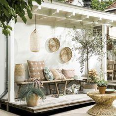 ZOMERZOET • in de schaduw van de veranda vieren we het begin van een mooie dag. Met bamboe, rotan en de kleuren van zongeblakerde aarde wanen we ons in Marrakech, Nice of Valencia.