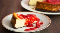 Cheesecake mit Keksboden und Himbeersauce