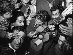Mariage gitan et Manitas de Plata, Tarascon,1952. (© Sabine Weiss/Collection Stephen Daiter Gallery)