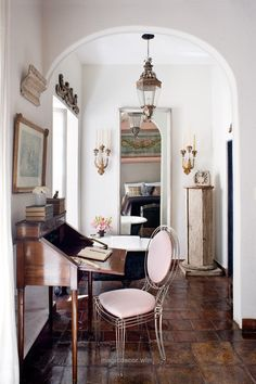 Great San Miguel de Allende house of Jorge Almada and Anne-Marie Midy. This link is so beautiful. So many links to delicately placed yet lived in settings. Delightful! T ..