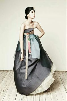 Unlike the well known Japanese kimono and Chinese qipao, the Korean hanbok has enjoyed little recognition, especially in western circles, until recent years. Hanbok in Korean literall… Asian Fashion, Look Fashion, High Fashion, Fashion Design, Fashion Glamour, Ulzzang Fashion, Korean Traditional Clothes, Traditional Dresses, Modern Traditional