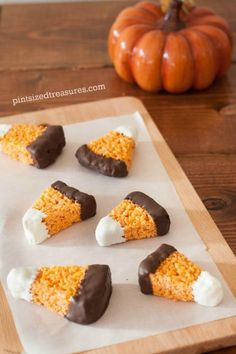 Chocolate-Dipped Candy Corn Treats: Make Rice Krispies treats look like candy corn by dipping them in white and dark chocolate. desserts Halloween Sweets That Are Almost Too Cute to Eat Halloween Desserts, Hallowen Food, Bonbon Halloween, Halloween Party Snacks, Holiday Desserts, Holiday Baking, Holiday Treats, Holiday Recipes, Halloween Rice Krispy Treats