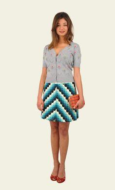 Een retro variant van onze bekende border skirt. De a-lijn is extra geaccentueerd door het diagonale gebruik van de print. Op de brede elastische tailleband loopt de print horizontaal. De print is van een prettige jerseystof met stretch.