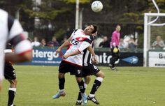 Franco Maidana intenta controlar la pelota ante la asediante marca rival.