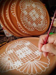 Pintando renda de bilro em pratos de ceramica.