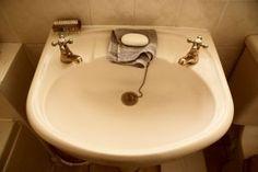 fregadero Limpiador 11. Drenaje Añadir 3 a 4 cucharadas de bicarbonato de sodio en sus desagües seguido de agua caliente para mantener los drenajes limpios que ayudará a evitar que se obstruya. Usted puede hacer esto cada semana para obtener resultados óptimos.