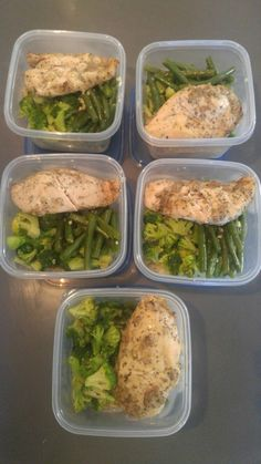 Healthy Meal Prep. Quinoa, chicken broccoli and green beans. Each container 1 ~5oz chicken breast with pc souvlaki (162 calories), ~1 cup quinoa (136 calories), green beans and broccoli (33 caloroies) = 330 cal, 36g of carbs, 9 grams of fat and 27g of protein. Clean Eating Tips, Clean Eating For Beginners, Recipes For Beginners, Healthy Meal Prep, Healthy Habits, Healthy Choices, Healthy Life, Quinoa Broccoli, Chicken Broccoli