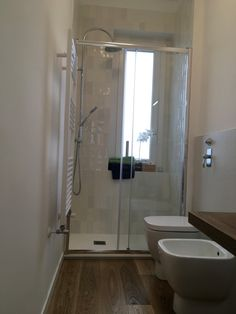 Modern bathroom shower by settemurieuntetto modern Bathroom Design Small, Simple Bathroom, Bathroom Interior Design, Modern Bathroom, Interior Design Living Room, Compact Shower Room, Casa Milano, Window In Shower, Home Room Design