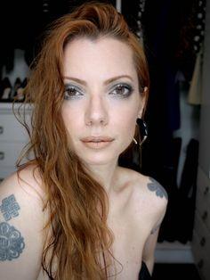 Julia Petit olhos maquiagem com olhos metálicos, contorno cremoso e batom mate.