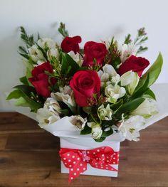 Arreglos día de madre Valentine's Day Flower Arrangements, Artificial Flower Arrangements, Vase Arrangements, Hat Box Flowers, Flowers For Mom, Beautiful Flowers, Red Wedding Centerpieces, Valentines Flowers, Flower Decorations