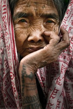 Apo Whang-Od of the Butbut Tribe in Kalinga, Cordillera Region, Philippines. She is the last traditional tattoo artist of her tribe. Traditional Filipino Tattoo, Filipino Art, Filipino Culture, Filipino Tattoos, Tatuajes Filipinos, Old Faces, Ballpoint Pen Art, Portrait Sketches, People Of The World