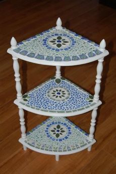 Pique Assiette Mosaic Table - by Donna Coogan from Mosaics Art Gallery Mosaic Diy, Mosaic Crafts, Mosaic Projects, Mosaic Glass, Mosaic Tiles, Glass Art, Mosaics, Mosaic Designs, Mosaic Patterns