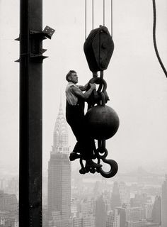 Empire state building under construction. Photo: Lewis Hine (1931). Veja também…
