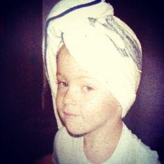 Domino a arte de enrolar a toalha nos cabelos desde os 3 anos!  #tbt #happiness #MinhaVidaNosBastidores #PriTescaro #MiniPri #Fofura #kids #NaEpocaEmQueMoravaEmSP #FazendoCarasEBocas #RuivaDesdeSempre