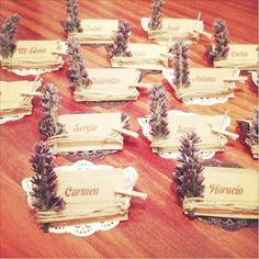 Cartões para marcar os lugares num casamento no campo