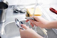 Como fazer detergente caseiro para lavar louça. Quer um produto ecológico para lavar os pratos à mão? Hoje é o seu dia de sorte! Apesar de que nos supermercados todos os detergentes lava-louças são fabricados com produtos químicos, você mesmo/a pod...