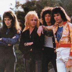 I'm sorry but what's up with deacon/ Roger hair uggggh Queen Photos, Queen Pictures, John Deacon, Great Bands, Cool Bands, Concert Crowd, Roger Taylor, Somebody To Love, Queen Freddie Mercury