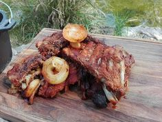 Żeberka z kociołka myśliwskiego / Dutch oven pork ribs Oven Pork Ribs, Dutch Oven, Steak, Grilling, Food And Drink, Survival, Outdoors, Camping, Adventure