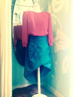 ... Conjunto a medida ...  Una clienta nos encargó un #diseño que reproducimos al #detalle. #Blusa en rosa y #falda verde confeccionada en #seda y cosido todo a mano.   Un cinturón #drapeado muy favorecedor y el corte asimétrico de la falda, hacen de este conjunto un #look especial.   Pide tu prespuesto sin compromiso. 634 97 64 78/ 692 18 09 64  Feliz lunes  Equipo Karland Basics