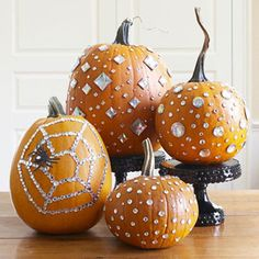 Can you ever get tired of bling pumpkins? One day, I will decorate mine like this. Friday was National Pumpkin Day, and Halloween is next Wednesday. So what's a better topic than all things Pumpkin? Fröhliches Halloween, Adornos Halloween, Holidays Halloween, Halloween Pumpkins, Fall Pumpkins, Halloween Clothes, White Pumpkins, Glitter Pumpkins, Halloween Flowers