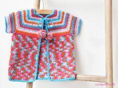 Babyjacke häkeln – im Sommer brauchen Babys zwar eine Jacke, aber eine bunte aus Baumwollgarn. Schauen Sie hier für die Gratis-Anleitung in drei Größen.