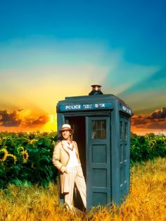 Doctor Who; The fifth Doctor, Peter Davison along with The Tardis. Film Doctors, Doctor Who Wallpaper, Fifth Doctor, Peter Davison, Classic Doctor Who, Sci Fi Series, Doctor Who Tardis, Television Program, Computer Wallpaper