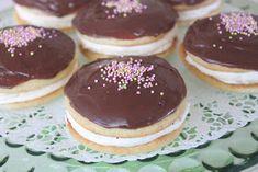 Hei! Tässä minun resepti whoopies-leivoksiin. Kehittelin tämän monia ohjeita yhdistelemällä. Näitä voi tehdä niin monella tapaa, kakkutai...