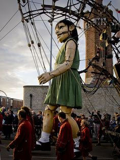 please come to switzerland, dear giant puppet company.
