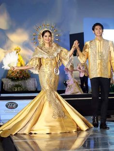 A modern Filipiniana gown by Russ Cuevas at the Grand Flores de Mayo at the SM Mall of Asia las Philippines Dress, Philippines Fashion, Philippines People, Philippines Culture, Pageant Dresses, Dance Dresses, Ball Dresses, Modern Filipiniana Gown, Filipiniana Wedding