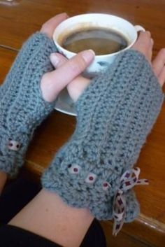 "free pattern, crochet mittens by ""baking and making"""