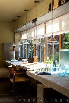 Me gusta el detalle de las lámparas industriales, pequeñas y seguidas