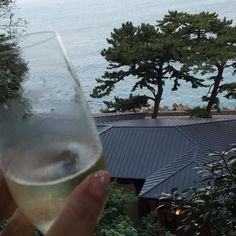 【okkutty】さんのInstagramをピンしています。 《海を見ながら  シャンパン飲んじゃってる😊  #休日 #シャンパン #海 #熱海 #星野リゾート #界熱海 #星野リゾート界熱海 #のんびり #holiday #champagne #sea #atami #hoshinoresortkaiatami #hoshinoresort #kaiatami》