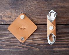 Soporte personalizado para cordón de cuero. Organizador de cable de iPhone. Hecho a mano. 2 piezas