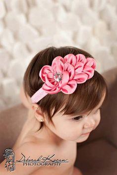 Diadema flor de satén color rosa para las niñas por TwoByTwoShoppe
