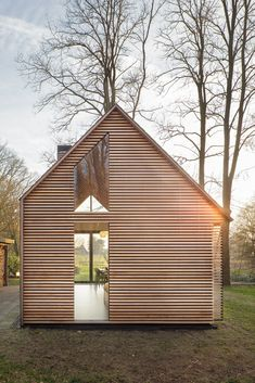 This simple yet attractive modern cottage located in the rural area north of Utrecht, the Netherlands is a special collaboration between Zecc Architecten and interior designer Roel van Norel. Utrecht, Wood House Design, Tiny House Design, Modern Wood House, Wooden House, Modern Houses, Modern Architecture House, Interior Architecture, Chinese Architecture