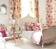 Ferforje sandalye ve krem ahşap tasarımlı yatak gül desenli perde modelleri ile romantik yatak odası modeli