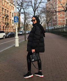 All-Black Outfits: 27 Perfect Ways to Look Like You've Made an Effort - Hiyab Modern Hijab Fashion, Street Hijab Fashion, Hijab Fashion Inspiration, Muslim Fashion, Modest Fashion, Look Fashion, Fashion Fashion, Fashion Shoes, All Black Outfits For Women