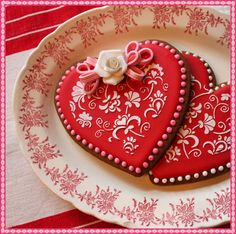 These are the most beautiful heart cookies I've ever seen! I can see using this method for round cookies with a Christmas theme too. Fancy Cookies, Heart Cookies, Iced Cookies, Cupcake Cookies, Sugar Cookies, Frosted Cookies, Cookie Favors, Flower Cookies, Easter Cookies