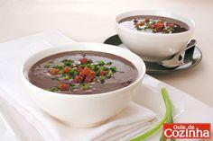 Confira esta receita de caldinho de feijão-preto com bacon, que além de ser uma delícia, é uma receita prática e aconchegante para fazer no inverno!
