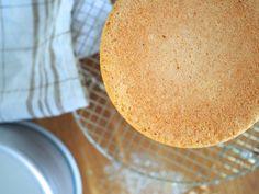 Täydellinen gluteeniton kakkupohja leivotaan samalla ohjeella kuin tavallinenkin.