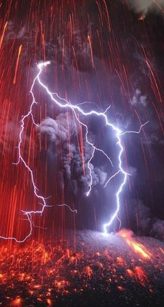 Lightning falls on a Japanese Volcano Eruption! An incredible series of photographs of lightning falling on the Japanese volcano Sakurajima, very active. Made by photographer Martin Rietze, who's fascinated by Extraordinary Natural Phenomena. Photos that All Nature, Science And Nature, Amazing Nature, Volcan Eruption, Fuerza Natural, Cool Pictures, Cool Photos, Amazing Photos, Scary Photos