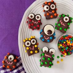 Halloween Recipe: Spooky Monster Treats - rice crispie treats (shaped into pucks & rectangles), melted choc wafers, separated oreo and min-oreo for eyes, mini M&M's, pink frosting for mouth Halloween Desserts, Postres Halloween, Halloween Treats For Kids, Halloween Goodies, Holidays Halloween, Holiday Treats, Halloween Fun, Halloween Parties, Halloween Recipe