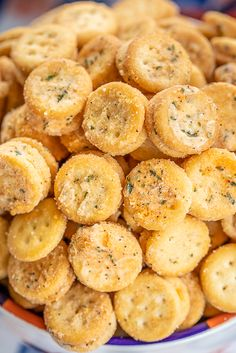 Cheesy Ranch Crackers - ritz bits tossed in a quick ranch mixture. Great for parties and in soups and chilis. Salty Snacks, Quick Snacks, Ranch Crackers, Ritz Crackers, Seasoned Crackers, Ritz Bits, Snack Mix Recipes, Appetizer Recipes, Tailgate Appetizers