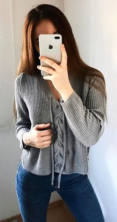 trendy outfit idea / sweater and jeans