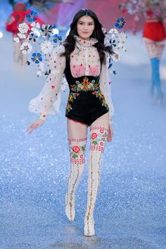 2016 Victoria's Secret Fashion Show Sui He at 2016 Victoria's Secret fashion show in Paris.Sui He at 2016 Victoria's Secret fashion show in Paris. Diy Fashion Show Runway, Fashion Show 2016, Vs Fashion Shows, Fashion Week, Look Fashion, Trendy Fashion, Fashion Models, World Of Fashion, Fashion Design
