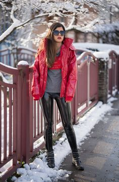 Cracking red and black PVC Winter Outfit Pvc Trousers, Latex Pants, Dress Trousers, Vinyl Leggings, Leggings Are Not Pants, Women's Leggings, Outfits Leggins, Leather Pants Outfit, Leder Outfits