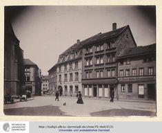 Links die Stadtkirche, dahinter die Einhorn Apotheke in der Kirchstraße. Blick in die Holzstraße